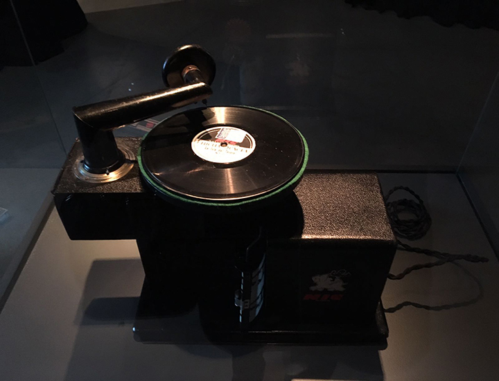 Equipo que reproducia la música en la exposición ¡Grabando!