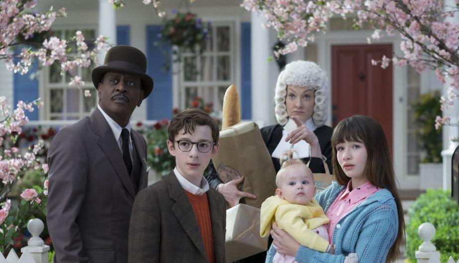 Los huerfanos baudelaire jutno con el señor Poe y la jueza Strauss