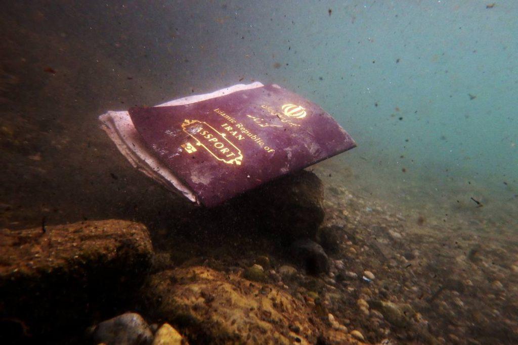 Fotografía de Gabriel Trizón del pasaporte de un refugiado