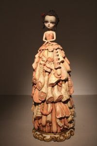 La obra Wood Meat Dress, realizada con técnicas de imaginería es una de las piezas más importantes de la muestra