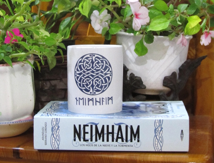 'Neimhaim' junto a una de las tazas que de merchandising de la novela Ⓒ Cristina García