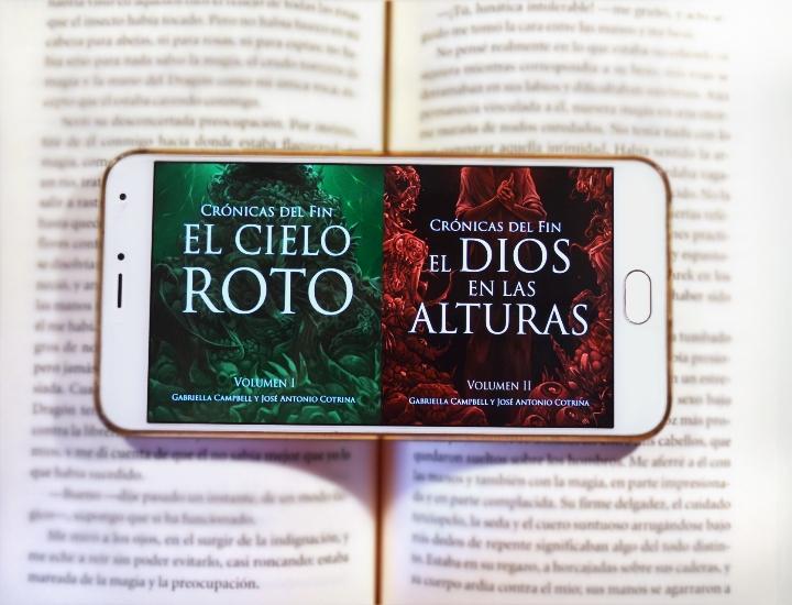 El cielo roto y El dios en las alturas, los dos primeros volúmenes de Crónicas del fin Ⓒ Cristina García