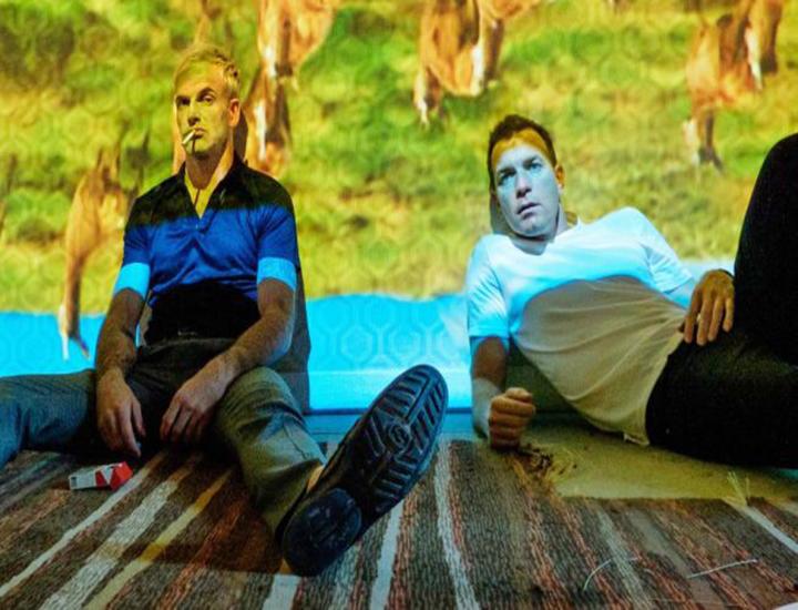 Escena de la película en la que Renton (Ewan McGregor) y Sick Boy (Jonny Lee Miller) vuelven a probar la heroína