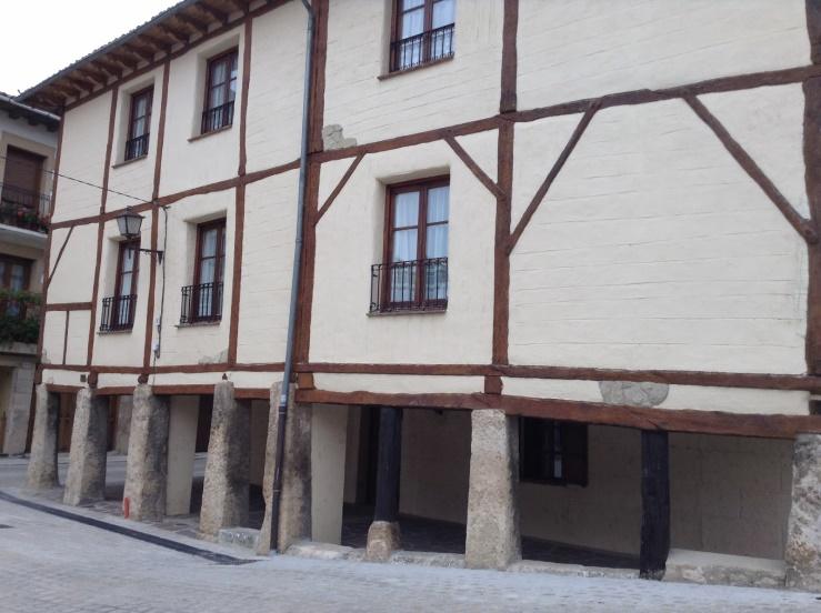 Arquitectura urbana con soportales característicos del pueblo
