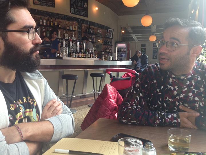 Entrevista a Javier Serrano del colectivo Boa Mistura en el Café Pavón del barrio La Latina.