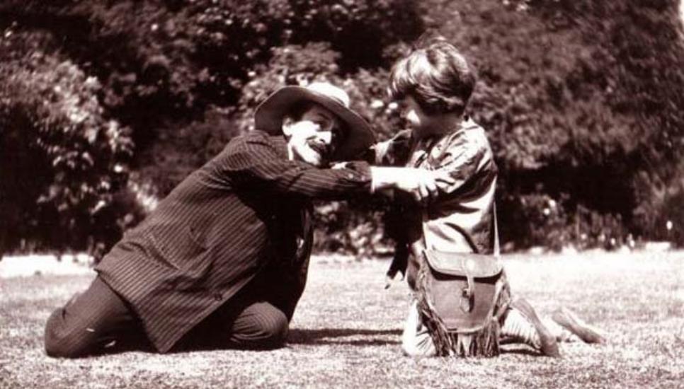 J. M. Barrie jugando con Michael