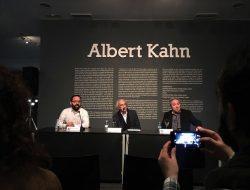 Alberto Ruiz de Samaniego, Juan Barjas y José Manuel Mouriño en la inauguración de la exposición Los Archivos del Planeta de Albert Kahn en el Círculo de Bellas Artes de Madrid