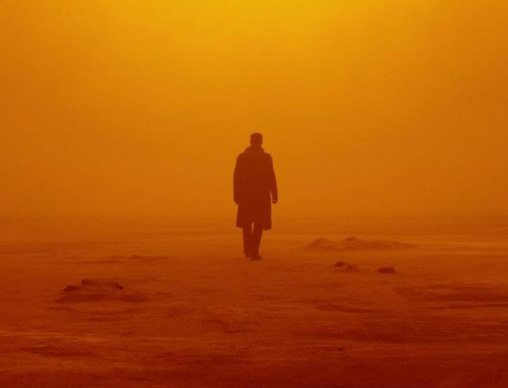 Ryan Gosling camina en un entorno anaranjado en 'Blade Runner 2049'.