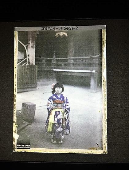 Fotografía titulada Fiesta de los niños en el Santuario de Yasaka-jinja, pertenece a la categoría Geometrías del alma: rostros, cuerpos y retratos de la exposición Los Archivos del Planeta de Albert Kahn en el Círculo de Bellas Artes de Madrid