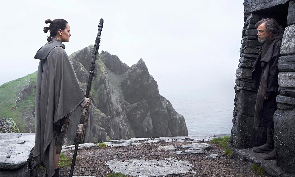 Daisy Ridley y Mark Hamill en 'Los últimos Jedi'.