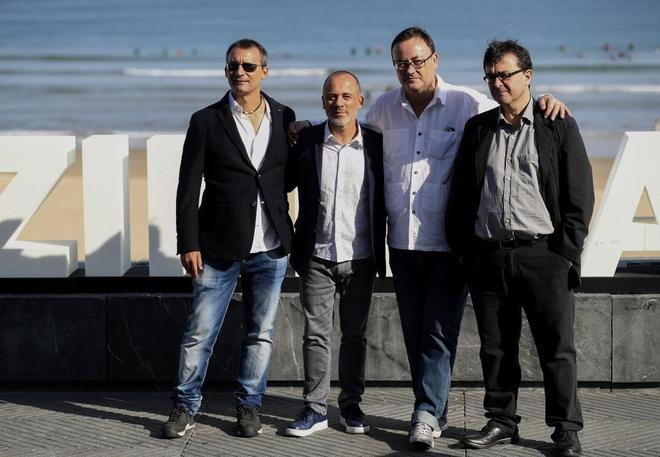 Los guionistas de El autor, junto a Javier Gutiérrez y Javier Cercas.