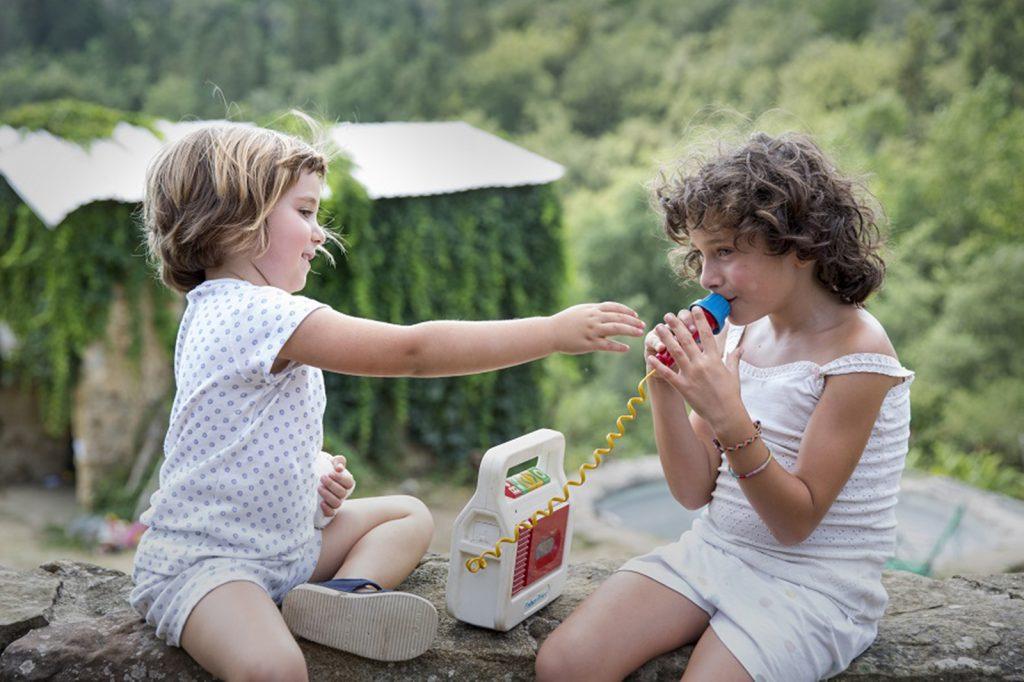 Paula Robles y Laia Artigas, en 'Verano 1993'. // Avalon