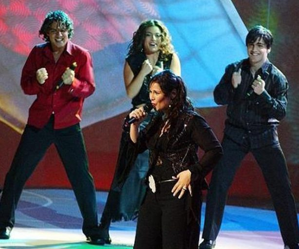 Rosa López cantó 'Europe's living a celebration', en Eurovisión 2002.