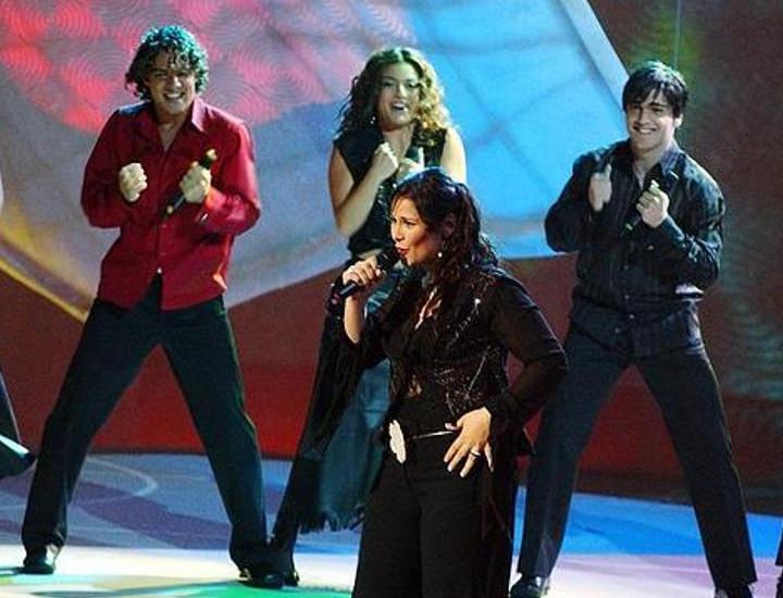 Rosa López cantó 'Europe's living a celebration', en Eurovisión 2002.