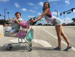 Monee (Brooklynn Prince) y Haley (Bria Vinaite), en 'The Florida Project'.