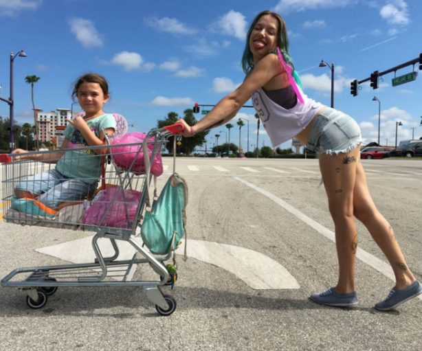 Monee (Brooklynn Prince) y Haley (Bria Vinaite), en 'The Florida Project'.