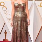 Jennifer Lawrence eligió un brillante y metalizado diseño de Dior.