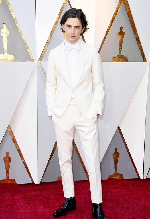Timothée Chalamet vistió un esmoquin blanco customizado de Berluti y conjugado con unas botas de cowboy.