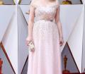 Elisabeth Moss: Dior firma este sencillo vestido de la actriz en tono crema con aplicaciones glitter y un cinturón en el que ha lucido el pin de Time's Up.