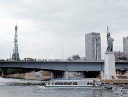 La Estatua de la Libertad, el río Sena y la Torre Eiffel al fondo, en 1973.