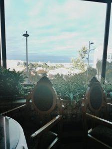 Vistas desde el interior de la cafetería Giralda en Tánger.