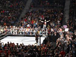 Seth Rollins saludando al público desde el cuadrilátero