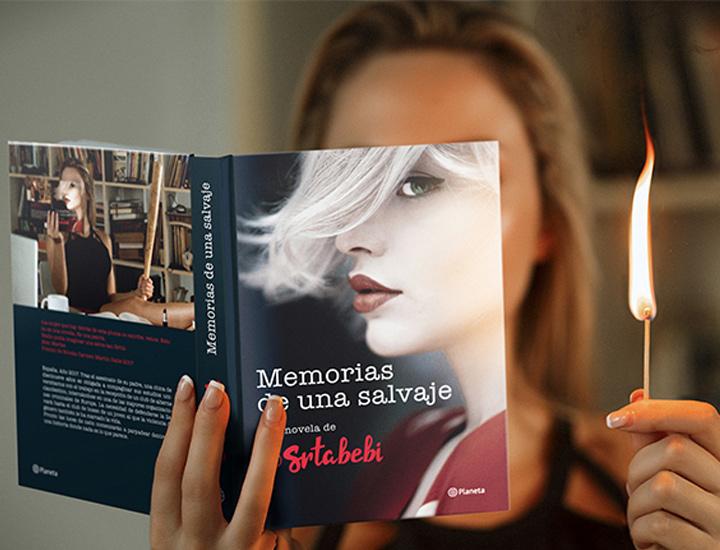Srta. Bebi posa con su libro 'Memorias de una salvaje'