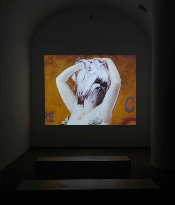 """Vista de sala de proyección de la exposición """"Dorothea Tanning. Detrás de la puerta, invisible, otra puerta""""."""
