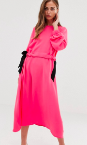 Vestido color rosa neón.