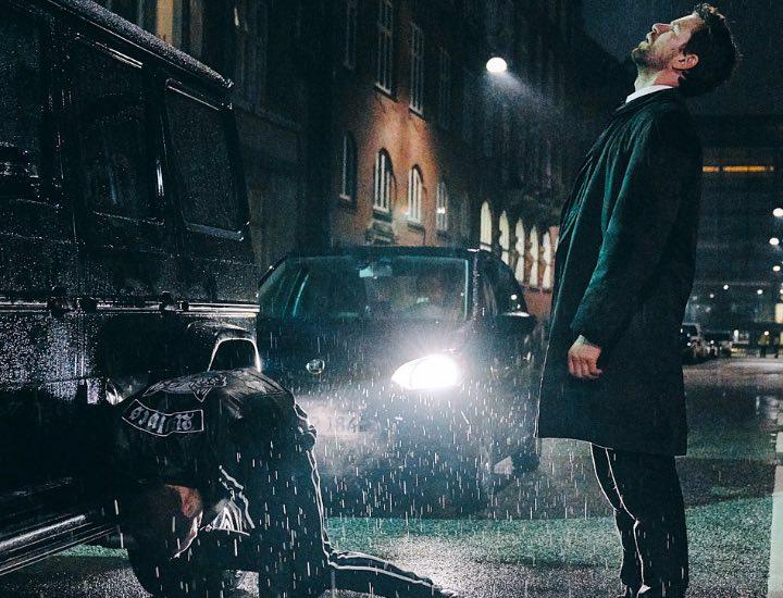 El detective Carl Mørck (Nikolaj Lie Kaas) bajo la lluvia.