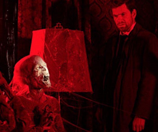 El detective Carl Mørck (Nikolaj Lie Kaas) frente a uno de los cadáveres momificado.