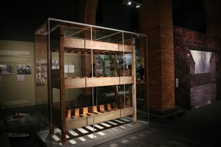 Aparece una litera de madera de las que utilizaban los judíos en Auschwitz