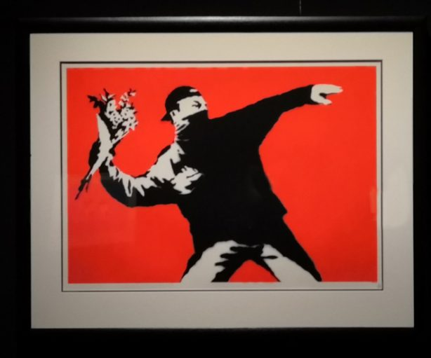 Obra 'Love is in the air' de Banksy