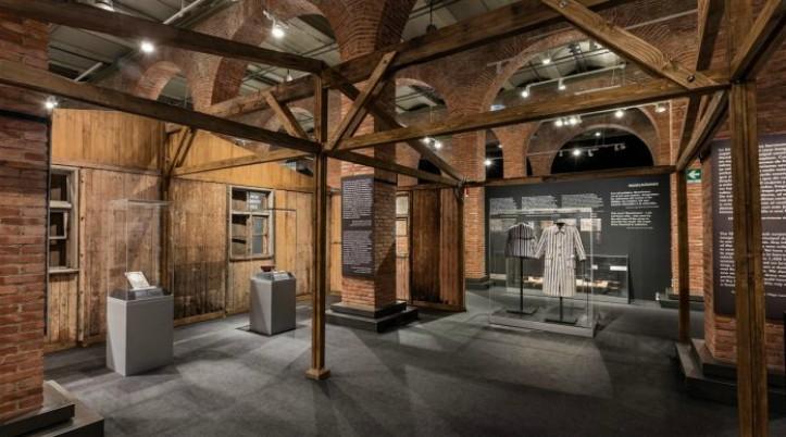 En la imagen aparece la recreación que hay en la exposición de un barracón del campo de concentración de Auschwitz
