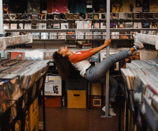 Joven en tienda musical