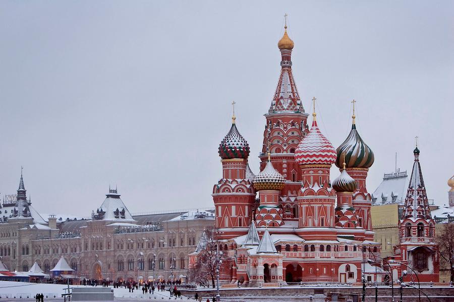 La Catedral de San Basilio y el Kremlin, en la Plaza Roja de Moscú