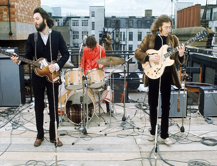 Los Beatles actuando en la azotea de la Apple Corps de Londres.