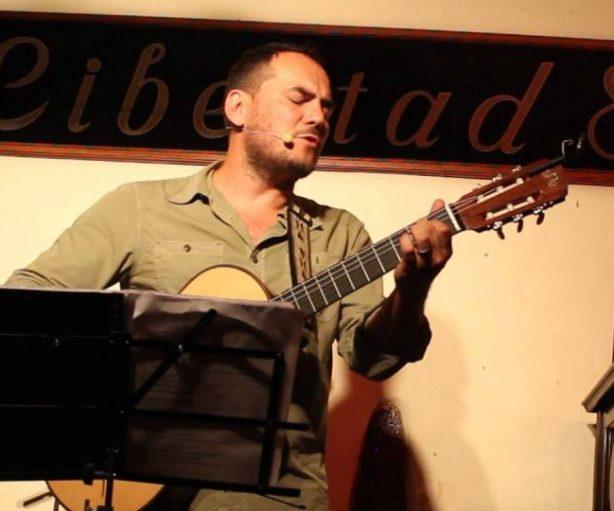Uno de los cantautores interpretando una canción con guitarra en el Libertad, 8