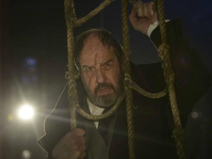 El Capitán Ahab amarrado a las redes de su barco