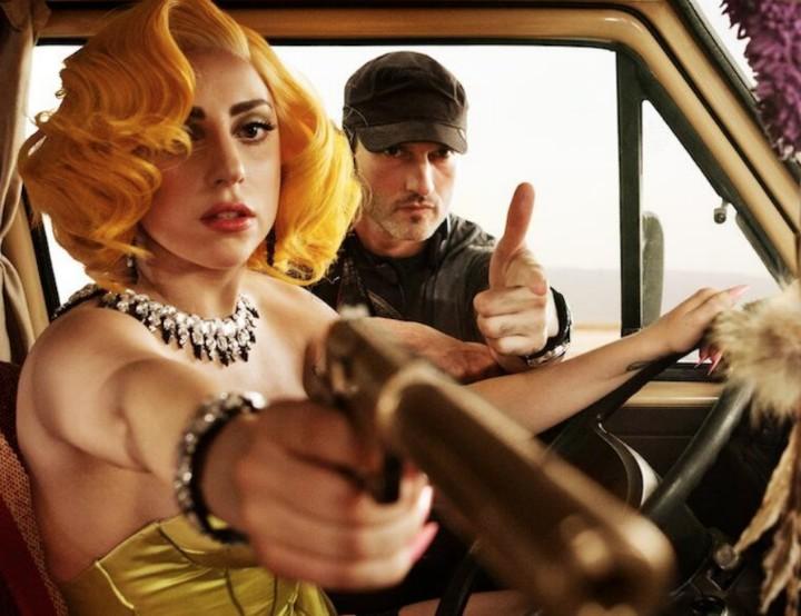 """Lady Gaga junto al director Robert Rodriguez en el rodaje de """"Machete Kills""""."""
