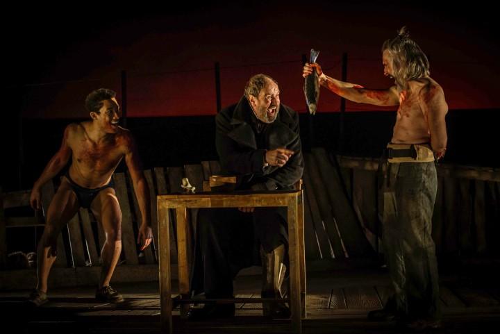 Los tres protagonistas cazan un cachalote