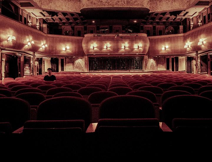 Persona en un teatro