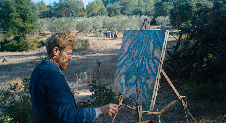 Van Gogh (Willem Dafoe) pinta la naturaleza en una de las escenas de la película.