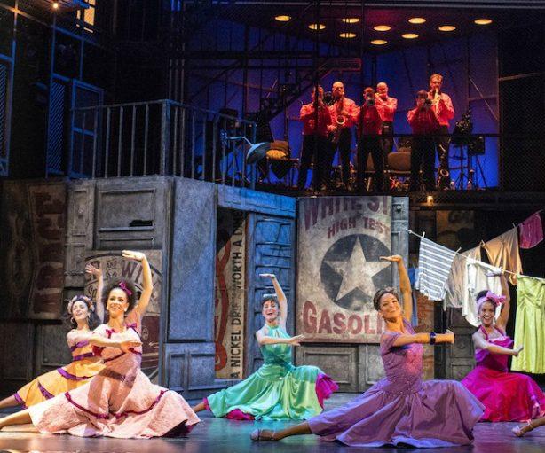 Los trajes de las bailarinas son de vistosos colores