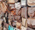 Bolsos de cuero y zapatos típicos marroquíes