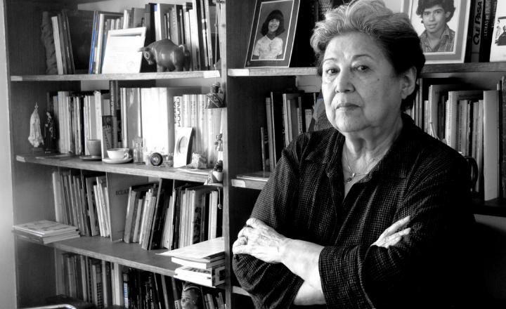 Carmen Berenguer junto a una estantería.