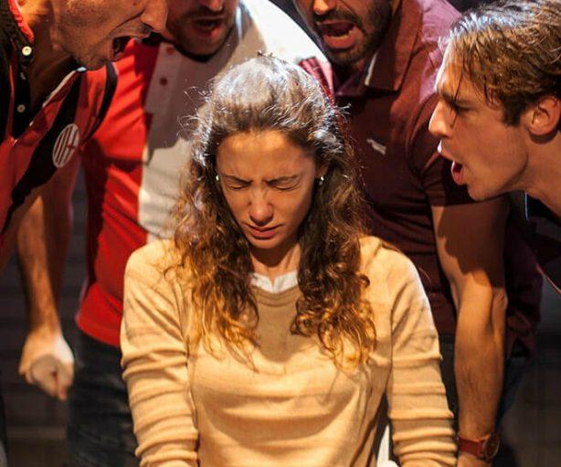 Los actores gritan a la protagonista.