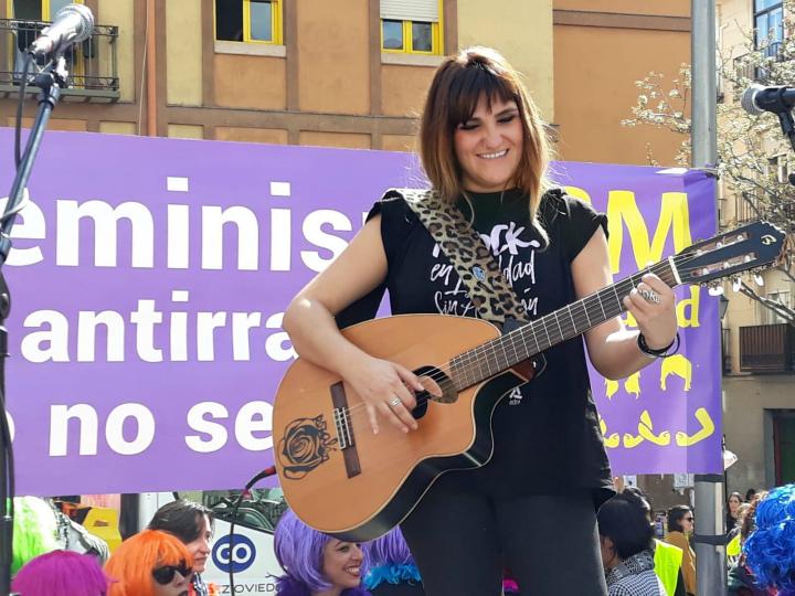 8 de marzo con Rozalén tocando su guitarra