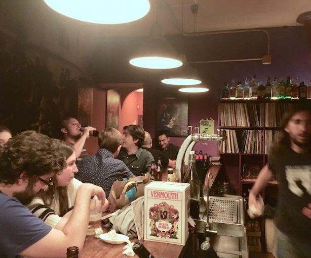 Un bar lleno de gente en esta edición de Tapapies