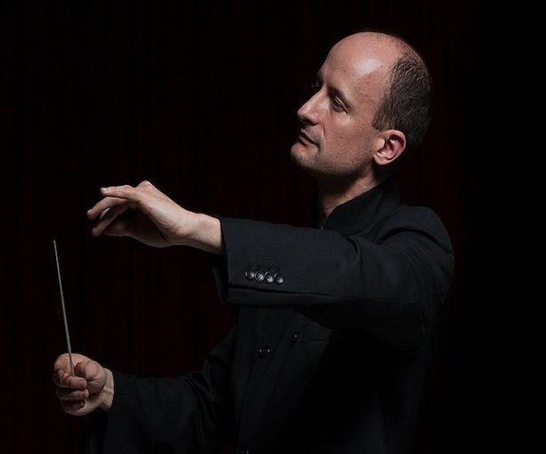 Guillermo García Calvo dirige una orquesta con sus manos y una batuta